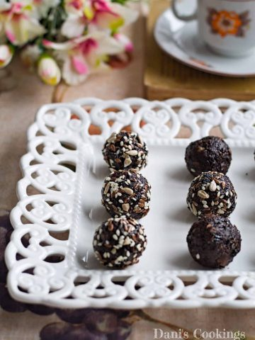 Healthy Prune Cocoa Energy Balls with peanut butter and mixed seeds | Dani's Cookings