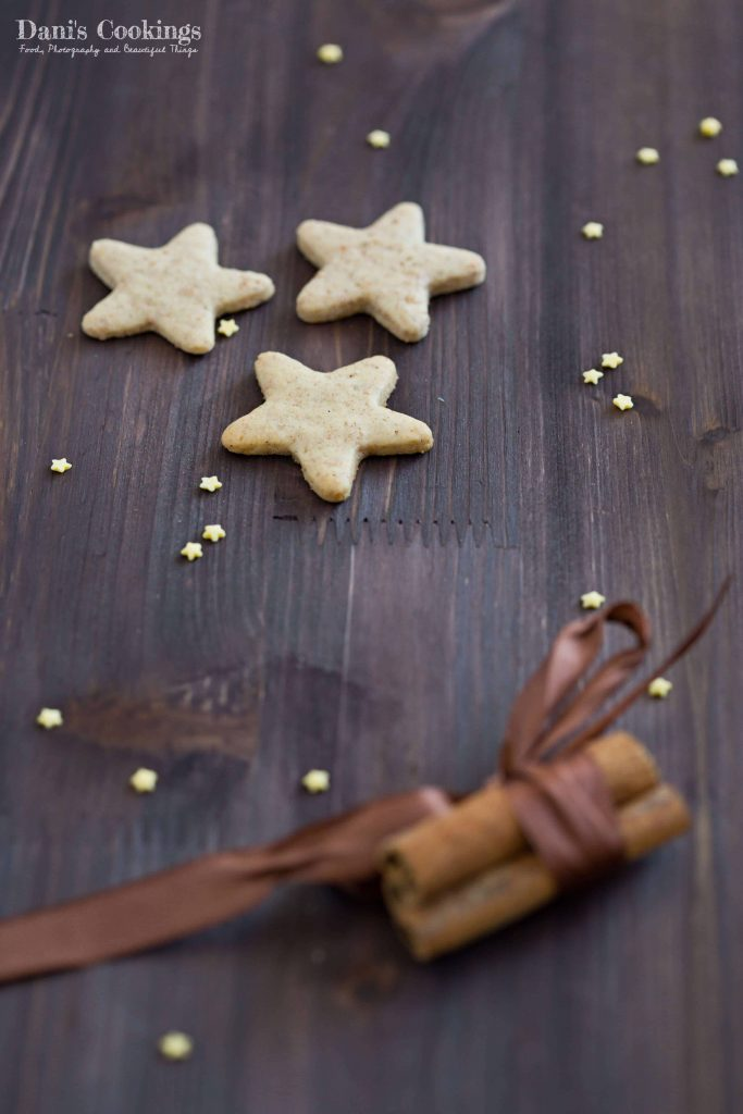 Honey Gingerbread Cookies with cinnamon and nutmeg and Christmas decorations | Dani's Cookings