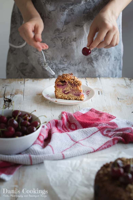 жена, която яде торта с череши